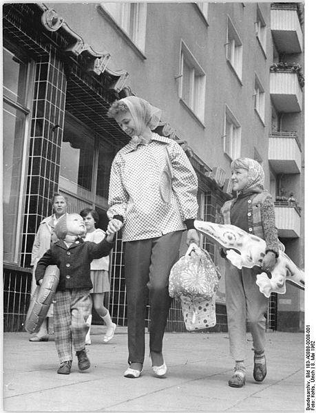 459px-Bundesarchiv_Bild_183-A0808-0008-001,_Berlin,_Passanten